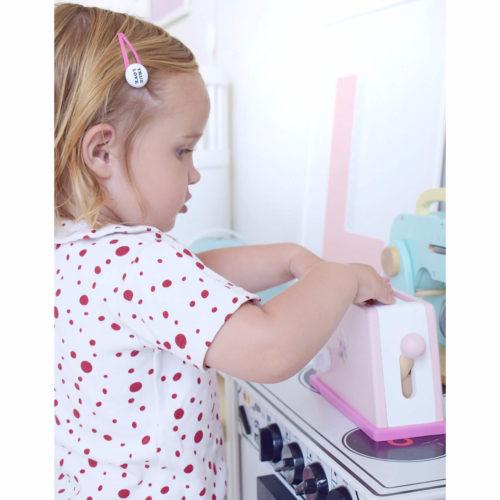 roze houten broodrooster met kindje Sassefras Meisjes Speelgoed