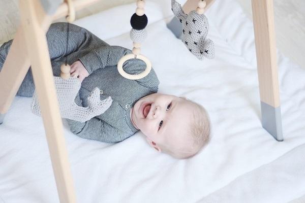 handgemaakte-houten-babygym-grijs- sassefrasmeisjesspeelgoed